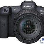 دوربین CANON EOS R5 همراه با لنز 24-105 L یک دوربین عالی برای افراد حرفه ای یا هر کسی است که تقریبا برای هر نوع عکاسی، از ورزش و اکشن گرفته تا پرتره های استودیویی و مناظر به دنبال گزینه ای کاملا عالی هستند. EOS R5 یک دوربین بدون آینه تمام فریم 45 مگاپیکسلی است که می تواند تا کیفیت 8K فیلم برداری کند و همچنین دارای فوکوس خودکار Dual Pixel و ارگونومی عالی است. به علاوه این دوربین می تواند برای ثبت عکس های 10 بیتی HDR و ضبط و نمایش فیلم ها جانشین معنوی (و بدون آینه) دوربین های DSLR سری 5D کانن باشد. شرکت کانن اظهار دارد که این دوربین یک سیستم عالی است که می تواند با دوربین های بدون آینه فریم کامل با کیفیت بالا رقابت کند.